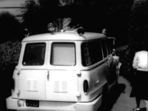 vidéos et rushes de jul-1963 b/w montage beachfront home of spencer tracy in malibu / two ford thunderbird automobiles parked in car port / st. vincent's hospital... - beverly hills california