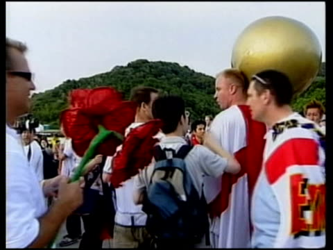 vídeos de stock e filmes b-roll de jun-2002 mg england knocked out of world cup 2002 by brazil, commentary by fans / shizuoka, japan / audio - 2002