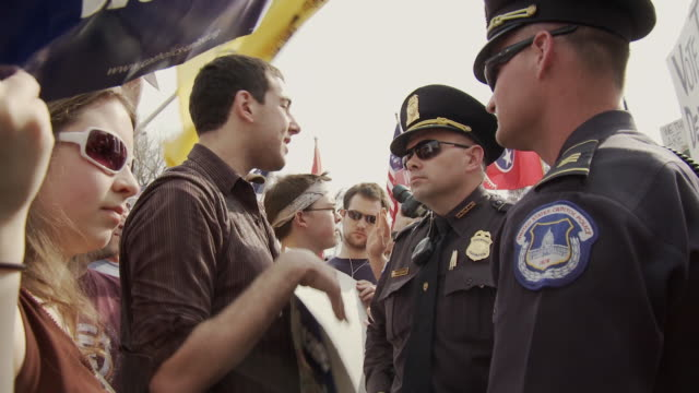 mar-2010 man argues with police during health care reform protest / washington dc, usa / audio - 2010 個影片檔及 b 捲影像