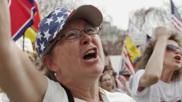 mar-2010 woman in american flag hat pumps her fist and chants kill the bill / washington dc, usa / audio - 2010 個影片檔及 b 捲影像