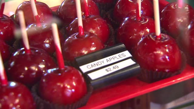 wgn 21st annual apple fest in long grove candy apples in display case at ma and pa's candy shop on september 27 2013 in long grove illinois - karamell stock-videos und b-roll-filmmaterial