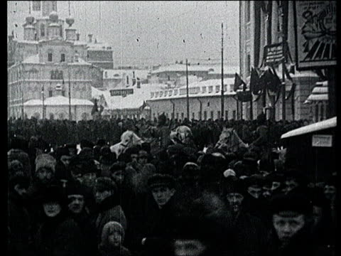 vidéos et rushes de jan-1924 b/w montage lenin's funeral in moscow. huge crowd in moscow streets. through crowd / moscow, russia - 1924