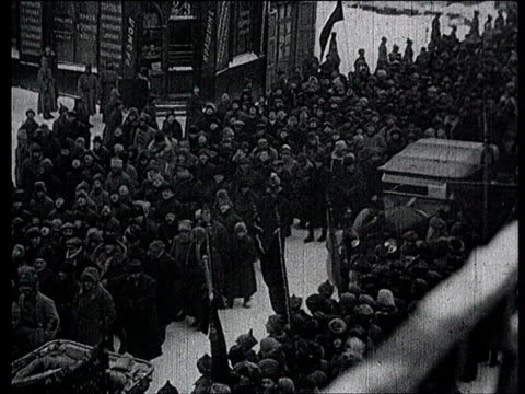23jan1924 b/w montage lenin's funerals in moscow funeral procession through the city kalinin kamenev stalin voroshilov rykov and others huge crowd /... - 1924年点の映像素材/bロール