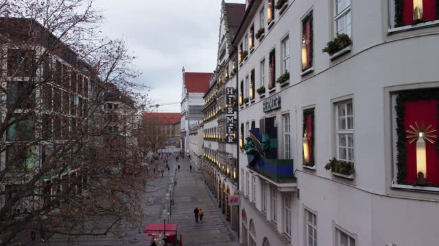 23rd 2020: germany is in second lockdown due to rising infection numbers. shops like in munich's famous shopping street kaufingerstrasse have to... - sliding stock videos & royalty-free footage