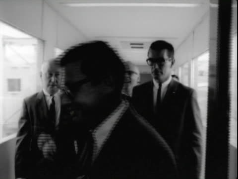 24jun1965 b/w montage reporters newsreel cameramen standing at railing by corridor ramp at san francisco international airport / ms stream of united... - 30代の男性点の映像素材/bロール