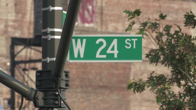 vídeos y material grabado en eventos de stock de cu 24th street sign / new york city, new york, usa - señal de nombre de calle
