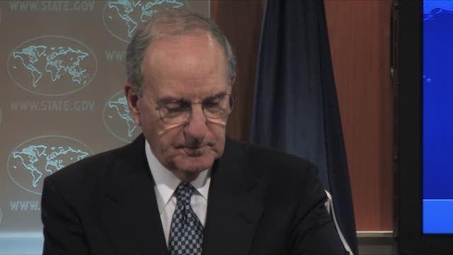 25nov2009 cu us special envoy to middle east george mitchell at podium in state dept press room / washington dc - solo uomini maturi video stock e b–roll