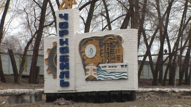 stockvideo's en b-roll-footage met 25th anniversary of chernobyl nuclear disaster chernobyl at nuclear power plant on april 01, 2011 in chernobyl, ukraine - kernramp van tsjernobyl