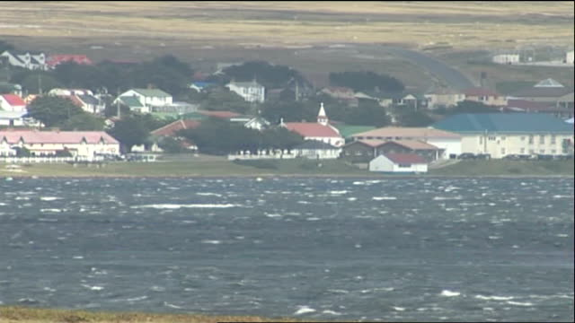 vídeos de stock e filmes b-roll de interview with new residents falkland islands stanley ext sign in harhour 'welcome to the falkland islands' long general view port stanley and... - ilhas malvinas