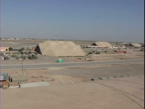 25th dec 2003 ws ha pan overview of flight line hangars and living area at lsa anaconda / lsa anaconda iraq / audio - 2003年点の映像素材/bロール