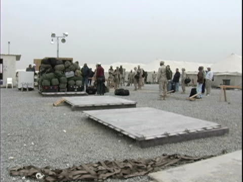 25th dec 2003 ws soldiers and contractors getting ready to airlift from kuwait into iraq arifjan kuwait / iraq / audio - 2003年点の映像素材/bロール