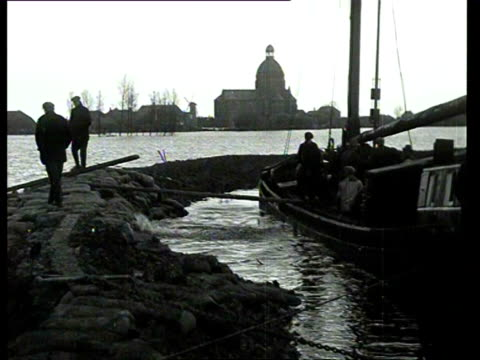 26Jan1931 B/W MONTAGE Repair work after a dike burst on the Maas / Netherlands