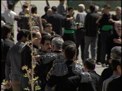 27th april 2000 ms pan r/f men in black performing ashura ceremony / mashad ardehal, kashan, iran - musikinstrument bildbanksvideor och videomaterial från bakom kulisserna