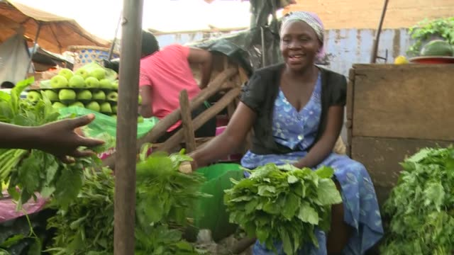 vidéos et rushes de 28th october 2018: fresh vegetable market in kampala with visuals and close ups of fresh vegetables and vendors. - kampala