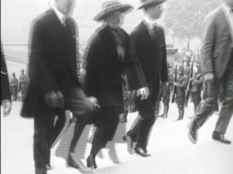 vídeos y material grabado en eventos de stock de 28th president woodrow wilson walking w/ wife first lady edith bolling wilson up steps at ceremony mot 1920 woodrow wilson being helped to stand in... - woodrow wilson