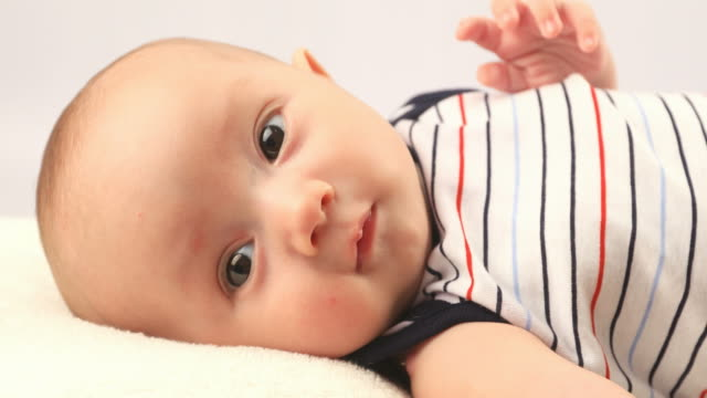 ユーラシア民族の生後 2 ヶ月の生まれたばかりの赤ちゃん男の子 - ユーラシアエスニシティ点の映像素材/bロール