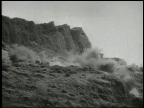 vídeos y material grabado en eventos de stock de vs 2nd 4th marine division soldiers artillery regiment firing artillery cannons hills of tinian island smoking troops advancing inland japanese... - tinian