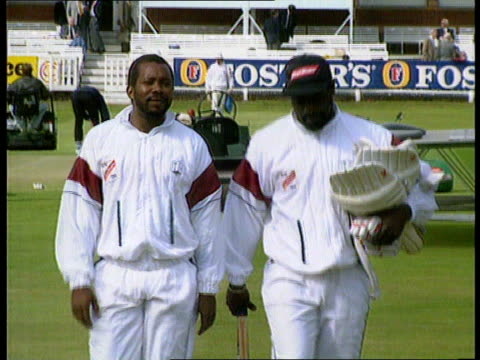 vídeos de stock, filmes e b-roll de england v west indies england london lords graham gooch onto pitch ms malcolm marshall viv richards walking along towards ms alan lamb unidentified w... - lançar a moeda ao ar