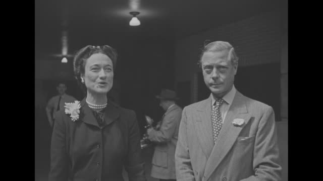 shot bahamas governor general the duke of windsor with his wife, the duchess, upon their arrival in new york / windsors shake hands with people... - エドワード8世点の映像素材/bロール