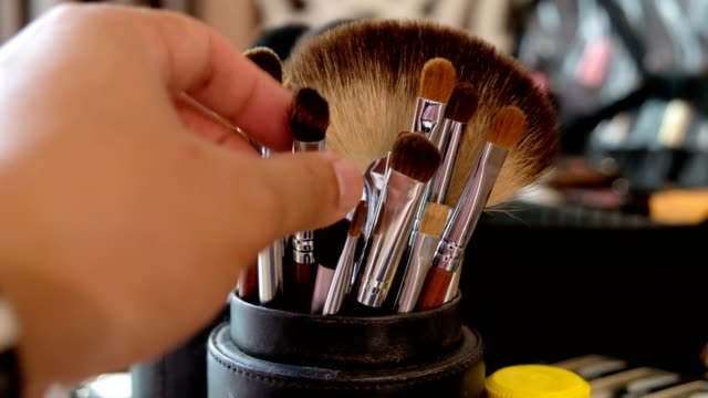 4k 2shot : hand of make-up artist pick up different sizes of make-up brush on cosmetic table - blusher make up stock videos and b-roll footage