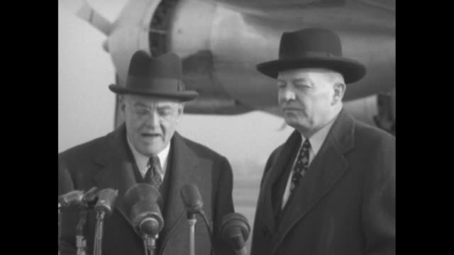 vidéos et rushes de 2shot mutual security administrator harold stassen and us secretary of state john foster dulles standing on airstrip in front of microphones sot... - aéroport ronald reagan