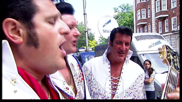 30th anniversary of death of elvis presley england london ext elvis presley impersonators perform blue suede shoes outside 'elvisly yours' shop sot - doppelgänger stock-videos und b-roll-filmmaterial