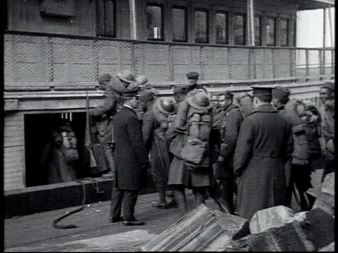 vidéos et rushes de ws 369th infantry regiment disembarking all carrying packs on their backs / new york city new york united states - 1910 1919