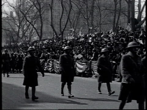 vidéos et rushes de ws 369th infantry regiment marching in new york city's world war i victory parade spectators waving flags / new york united states - 1910 1919