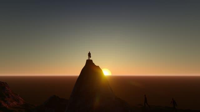 トップマウンテンサンセットフレアトップ美しい壮大な山の風景自然探検ビジネス成功コンセプト上の成功したビジネスマンの3dアニメーション。 - 最上部点の映像素材/bロール