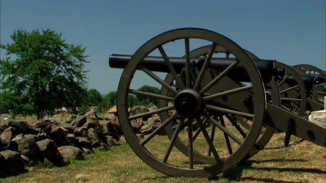ws side 3inch ordnance rifle artillery cannon on the angle field behind low stone wall pa american civil war field artillery battery - cannon stock videos & royalty-free footage