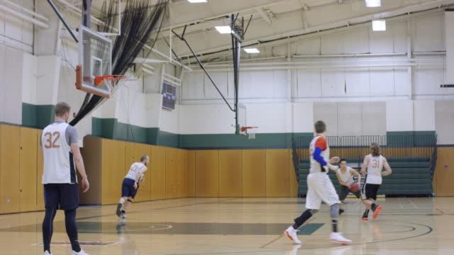 チームの練習中に 3 ポイント ショット - バスケットボールのボール点の映像素材/bロール