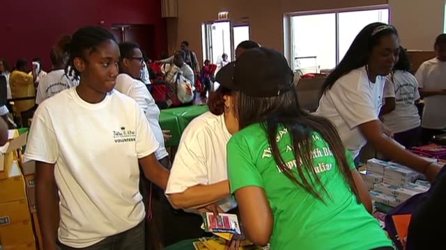 3rd annual julian king hatch day in honor of jennifer hudson's deceased nephew, hudson, and her sister julia, handed out school supplies to chicago... - 甥点の映像素材/bロール