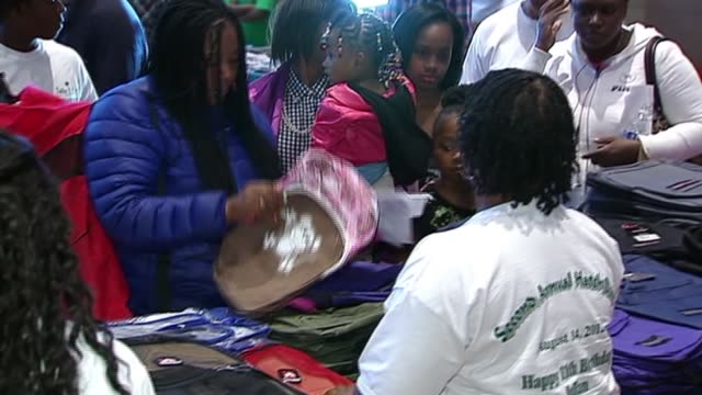 3rd annual julian king hatch day in honor of jennifer hudson's deceased nephew, hudson, and her sister julia, handed out school supplies to chicago... - ジェニファー・ハドソン点の映像素材/bロール
