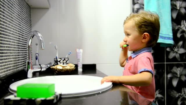 3-Year-Old Boy Zähneputzen