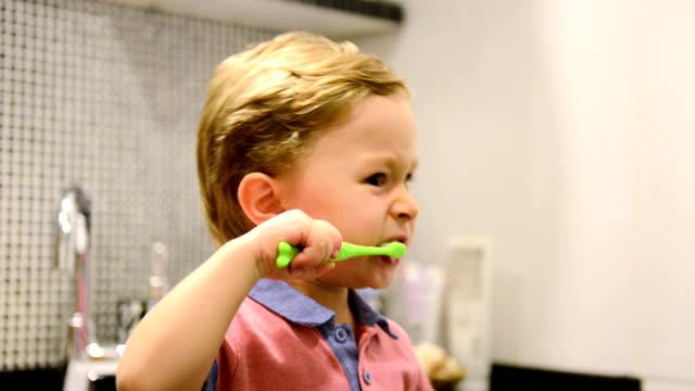 montage: 3 jahre alte junge zähne putzen - zahnbürste stock-videos und b-roll-filmmaterial