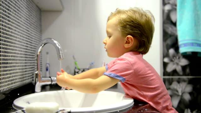 vídeos y material grabado en eventos de stock de 3- year-old boy lavarse las manos - cuarto de baño