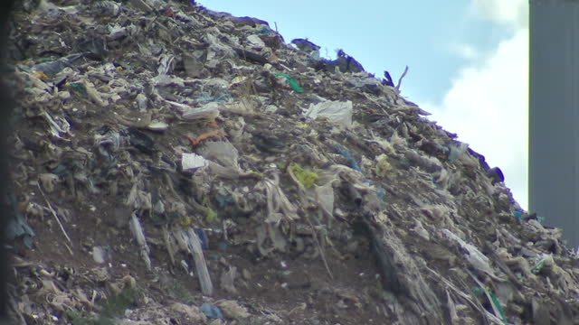 40ft high mountain of rotting waste remains in place tonight on a residential street in kent - as officials argue over who's responsible for clearing... - high street stock-videos und b-roll-filmmaterial
