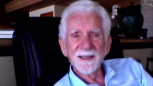 40th anniversary of mobile phone; london: int reporter seated at computer talking to martin cooper via internet martin cooper 2 way interview from... - 記念日点の映像素材/bロール