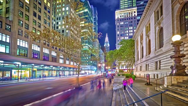 42nd street in der nacht und chrysler building - fifth avenue stock-videos und b-roll-filmmaterial