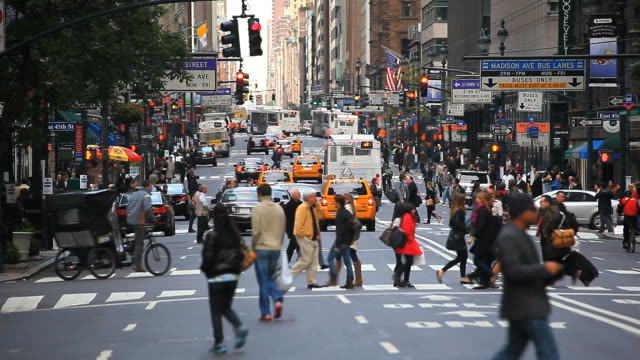 vídeos de stock e filmes b-roll de 42nd street in mid town manhattan, new york, united states of america - traffic jam