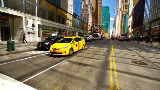 42nd street. manhattan. yellow taxi - yellow taxi bildbanksvideor och videomaterial från bakom kulisserna