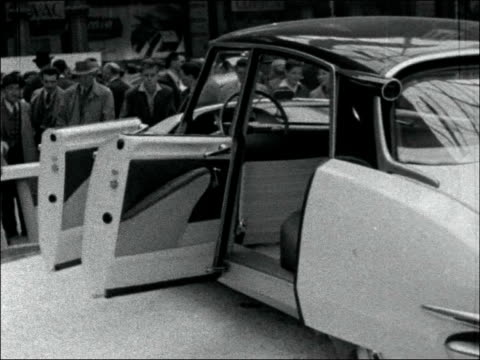 paris ext general views exterior of exhibition hall / high angle view cars and crowds in exhibition hall / high angle view pegaso display / citroen... - 1956 bildbanksvideor och videomaterial från bakom kulisserna