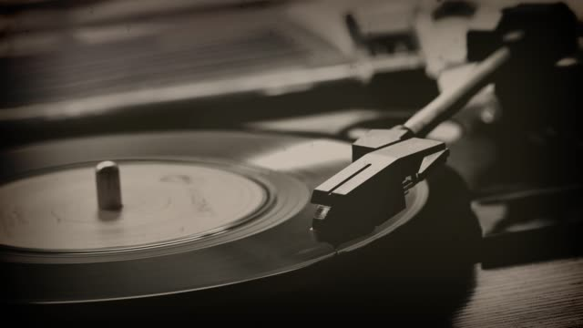 45rpm single record on a turntable. monochrome. - uk video stock e b–roll