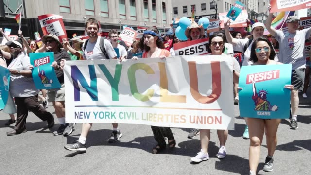 vídeos y material grabado en eventos de stock de 47th anniversary of the annual new york city gay pride march via 5th avenue and ending in the west village . the nyc pride march is one of the... - las américas