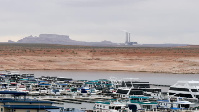 4k 10bit panning shot of lake powell reservoir on the colorado river with boats and harbour in the distance - lake powell stock videos & royalty-free footage