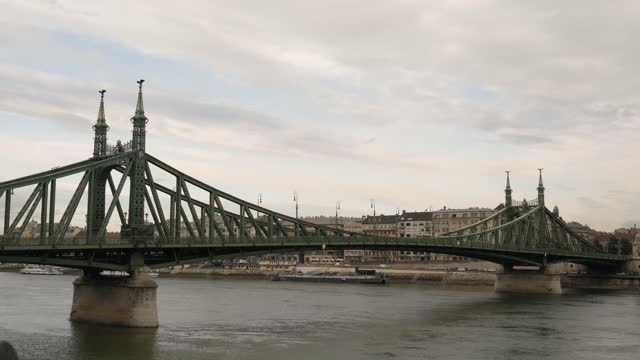 4k 50fps close up of cars, traffic and trams going over the liberty bridge during ruch hour traffic in budapest hungary - széchenyi chain bridge stock videos & royalty-free footage
