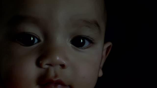 vídeos de stock e filmes b-roll de 4k a baby boy - vida de bebé
