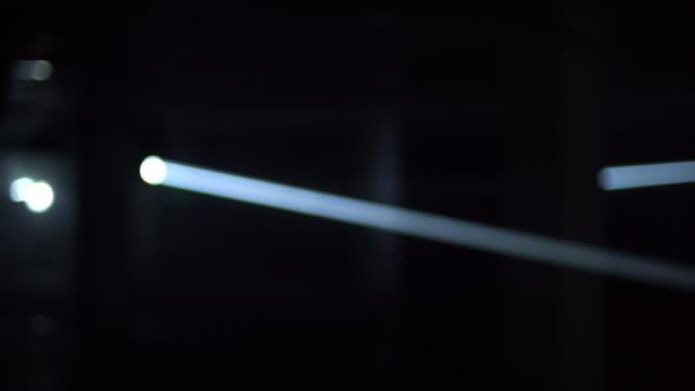 4k abstrakte blaue laser-spotlight-hintergrund - taschenlampe stock-videos und b-roll-filmmaterial