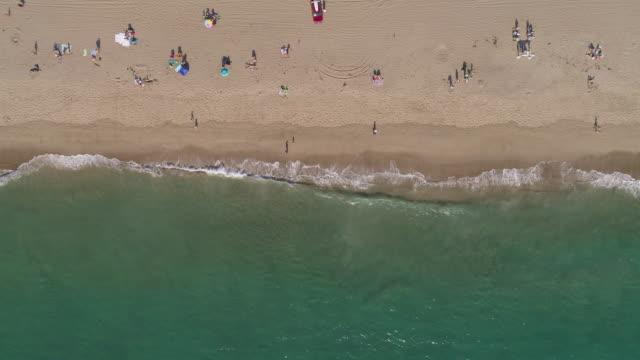 vídeos de stock, filmes e b-roll de 4 antena k de uma praia em malibu, califórnia - oeste dos estados unidos