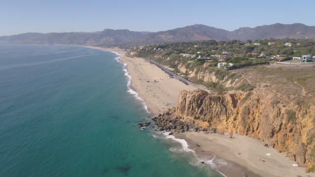 vídeos de stock e filmes b-roll de 4k aerial of a beach in malibu, california - sul da califórnia